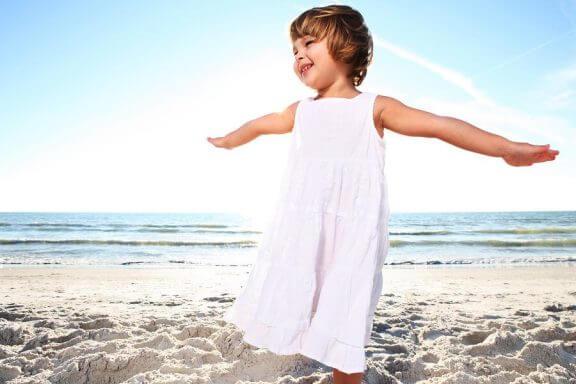 lille pige ved stranden