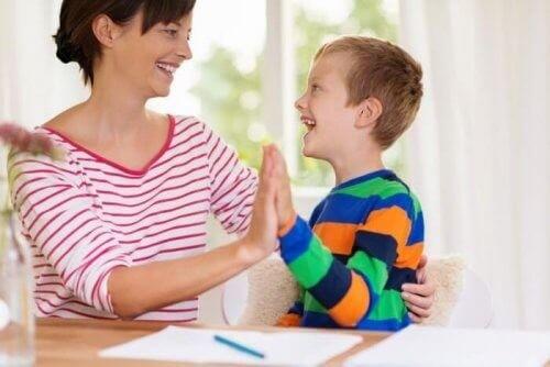 Mor giver sit barn en high-five