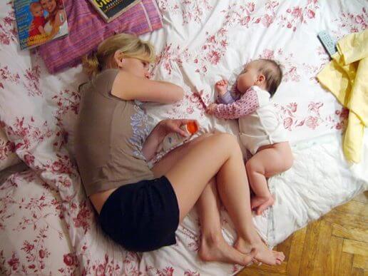 mor og baby der sover