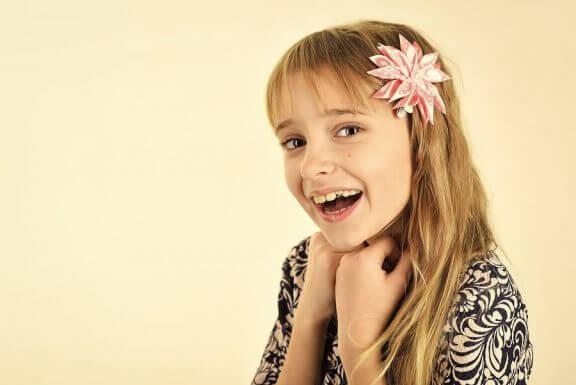pige med blomst i håret