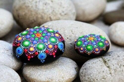 Simple og smukke håndværk ved at dekorere sten