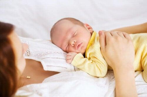 Vejledning til at sove med din baby