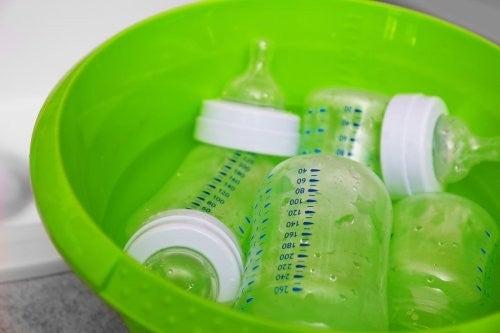 Grøn balje fyldt med flasker