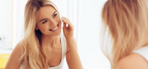 Kvinde renser sin hud