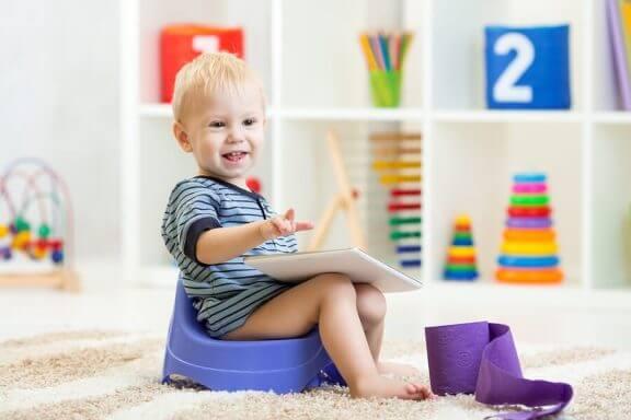 lille dreng på potte
