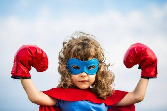 lille pige klædt som superhelt