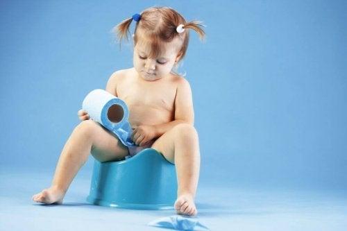 lille pige på potte