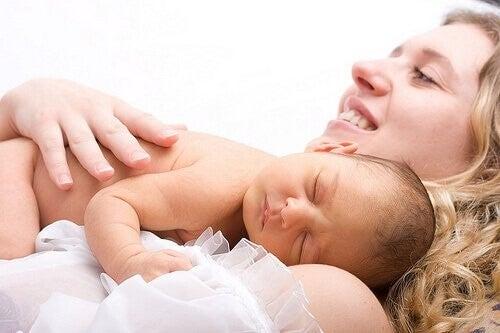 Mor med sin nyfødte baby