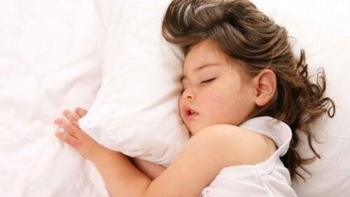 Piger trækker vejret gennem munden, mens hun sover