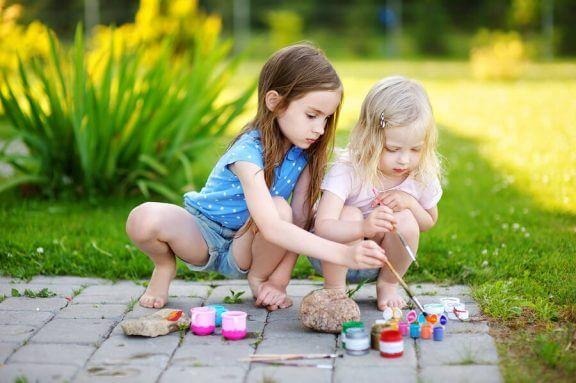 små piger der maler på fliser