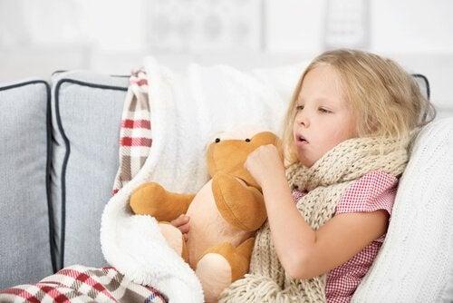 syg pige med bamse