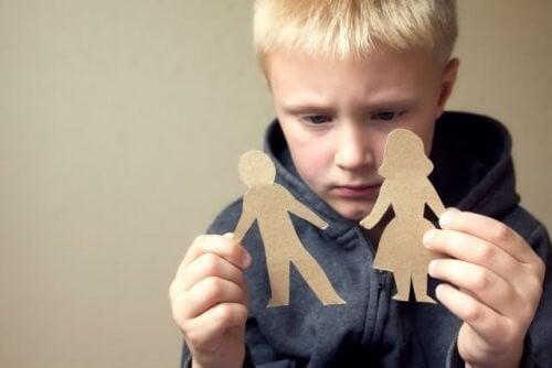 Dreng er trist, fordi hans forældre skal skilles