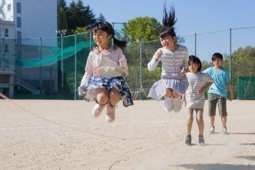 børn der leger med sjippetov