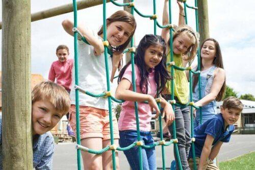 børn på legeplads