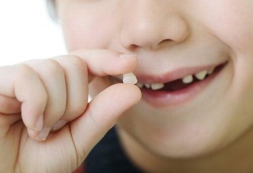 Drømmetydning: Hvad betyder det, når man drømmer, at ens tænder falder ud?
