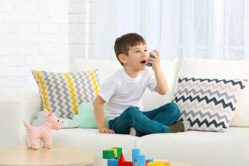 dreng med inhalator