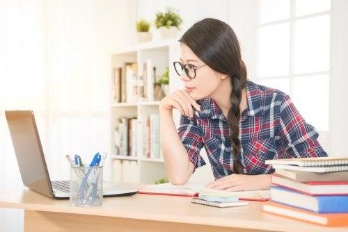 Kvinde studerer på sin computer