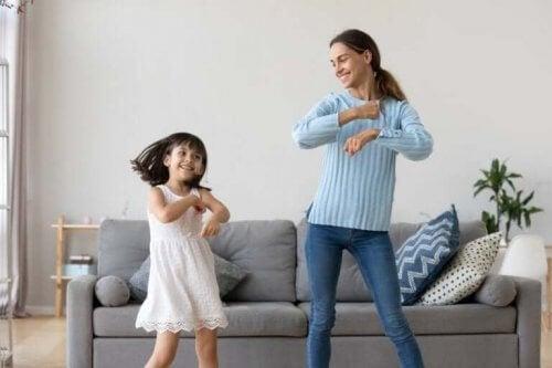 mor og datter der danser i stue