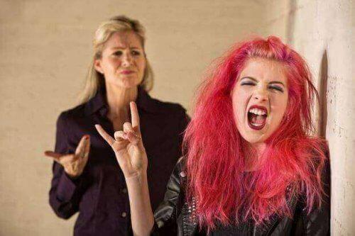 mor og ung datter med pink hår