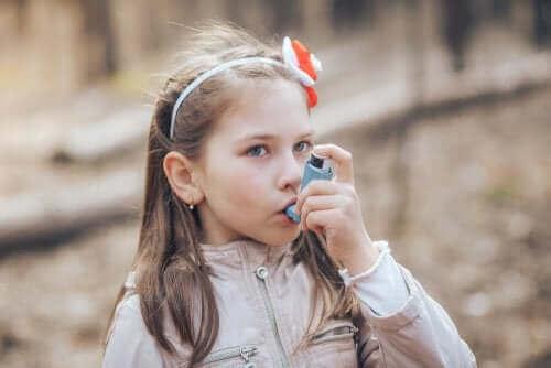 pige med inhalator