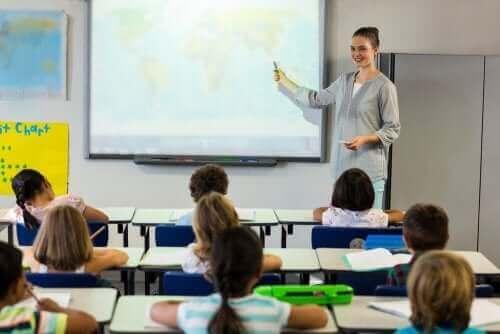 ung kvinde der underviser