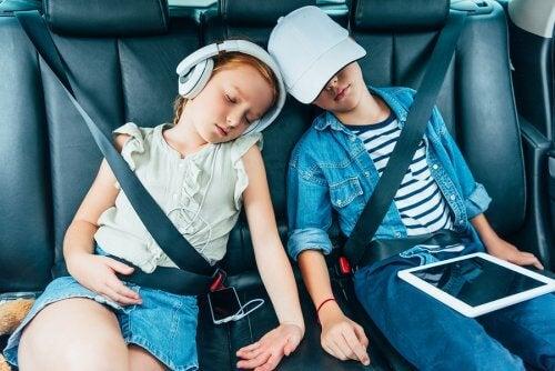 børn der sover i bil