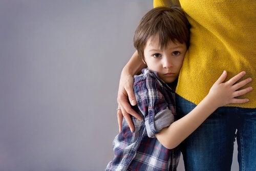 bange dreng der holder om sin mor