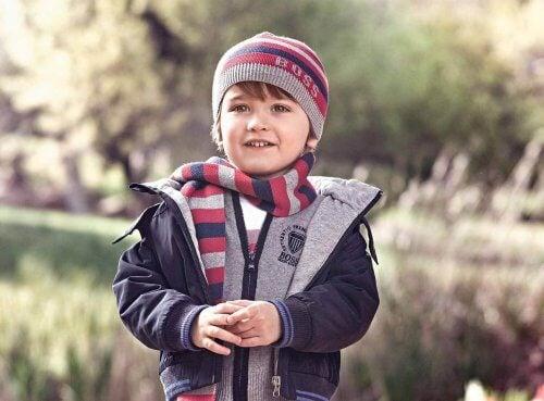 dreng godt klædt på udenfor