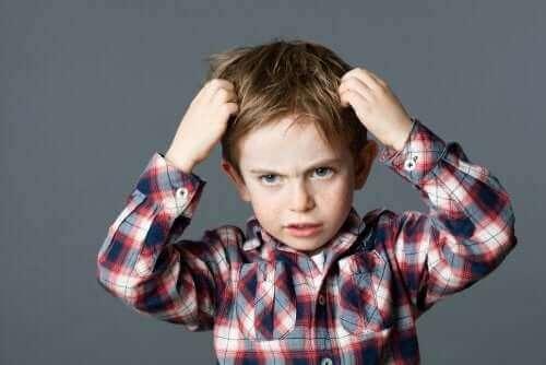 frustreret dreng der tager sig til hovedet