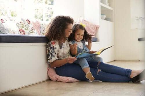 mor der læser for sin datter