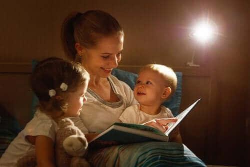 mor der læser for sine to børn