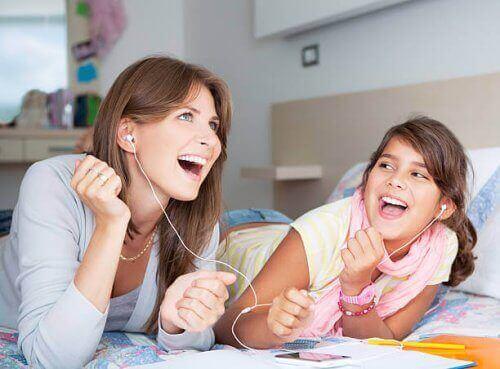mor og datter der lytter til musik