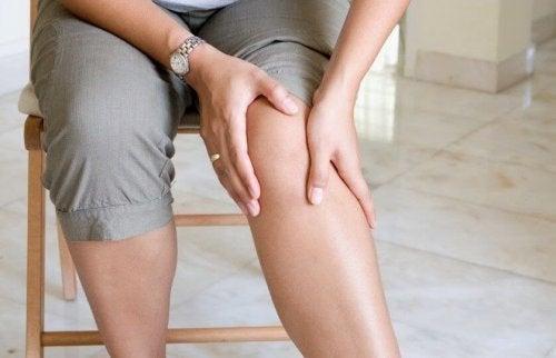 person med ondt i knæet