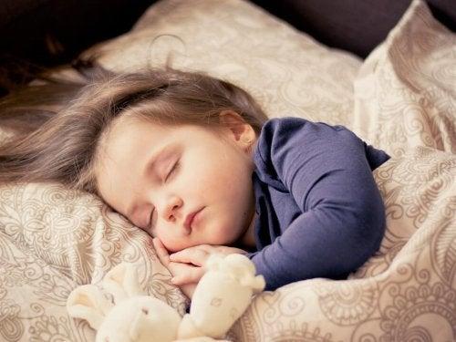 pige der sover med tøjdyr