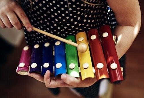 Pige spiller på en xylofon