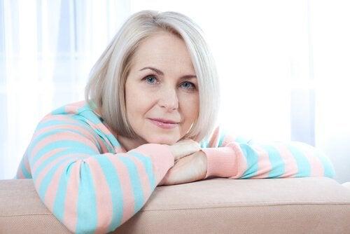 ældre kvinde i sofa