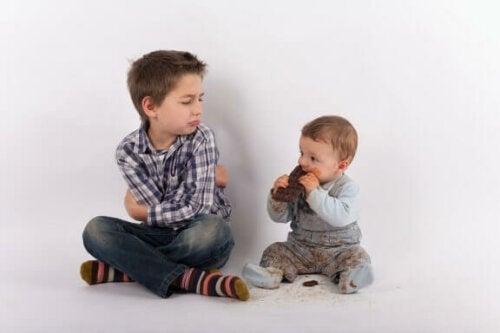 Undgå jalousi, når en ny søskende ankommer