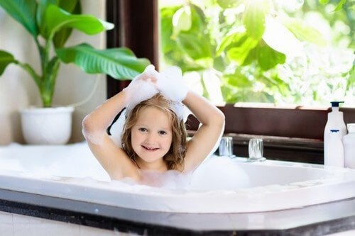 Hvornår kan børn begynde at bade alene?