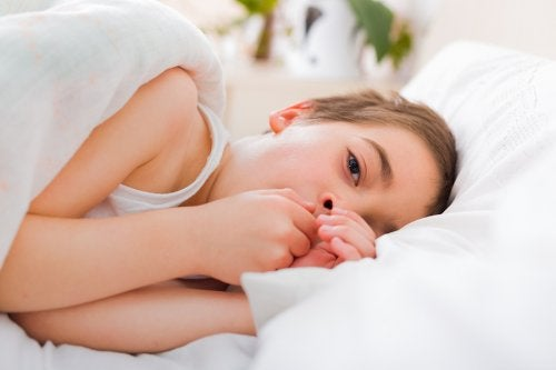 dreng der ligger i seng