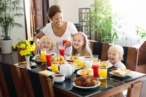 familie der skal til at spise morgenmad