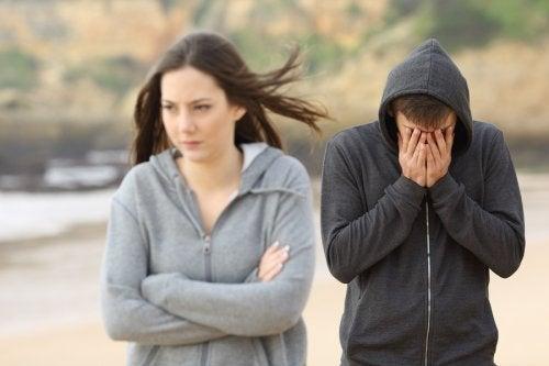 kvinde sur på sin partner