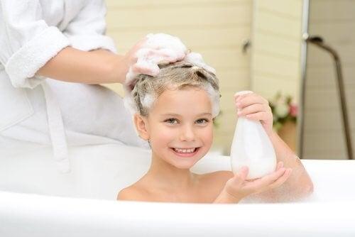 Pige får hjælp til hårvask