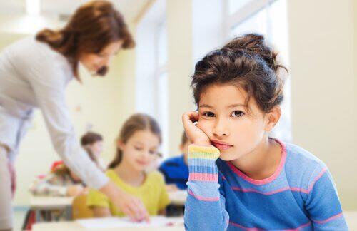 pige der keder sig i skole