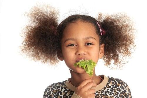 pige der spiser salat
