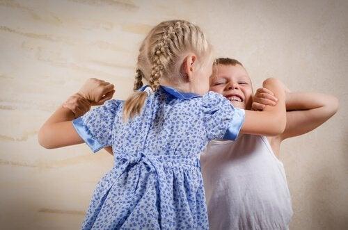 søskende der slås