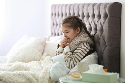 syg pige i sin seng