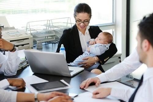 arbejdende kvinde med baby på armen