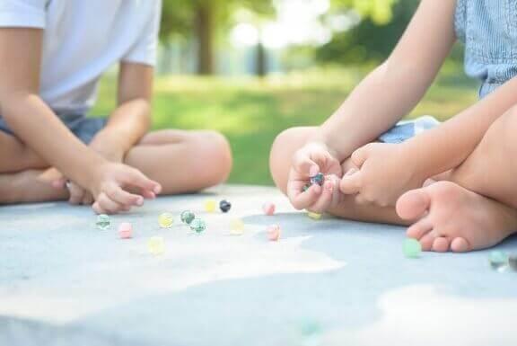 børn der leger med kugler