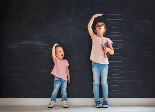 børn der måler højde