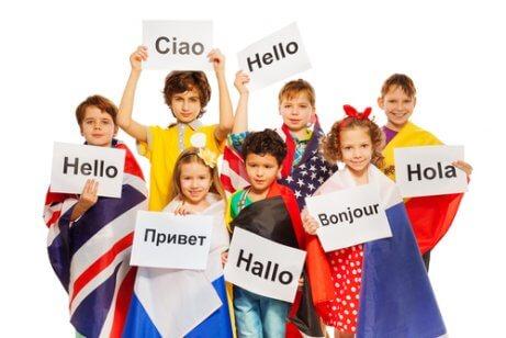 børn med skilte med forskellige sprog
